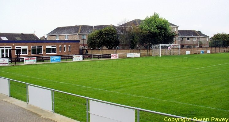 lowestoft-town-fc-crown-meadow-clubhouse-end-1421685312